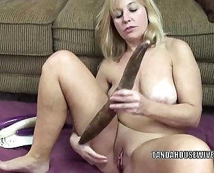 Curvy milf liisa is screwing the brush loved muff with veggies
