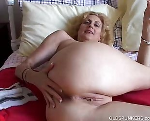 Cougar bonks the brush cum-hole with the addition of arse