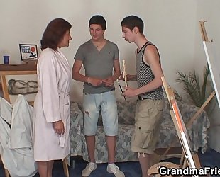 Old slut receives team-fucked by 2 juvenile painters