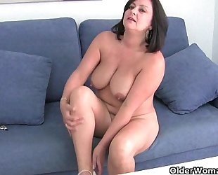 Mature mama with large wobblers receives finger screwed